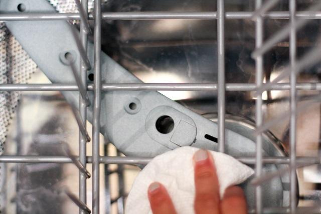 bulasik-makinesi-sabun-birakiyor-nasil-engellenir-adim1